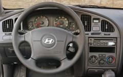 2004 Hyundai Elantra interior